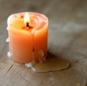 Запачкали одежду воском свечи? Исправляем ситуацию!