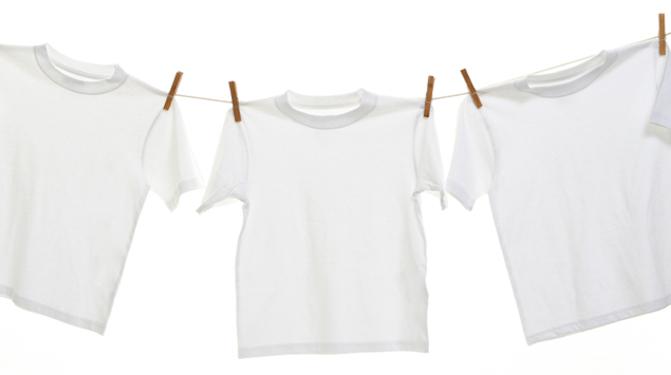 чем вывести пятна от пота и дезодоранта под мышками на белой одежде