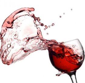 Как отстирать пятна от красного вина с разных тканей?