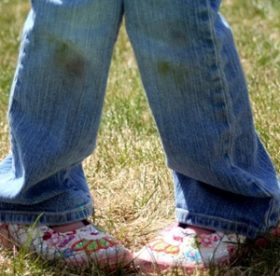 Что поможет отстирать пятна травы с джинс: бытовая химия или народные средства?