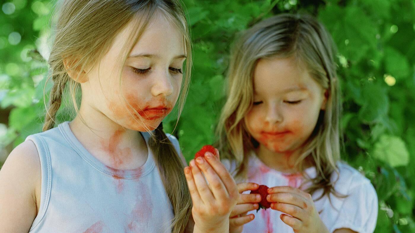 Как вывести пятно с цветной ткани