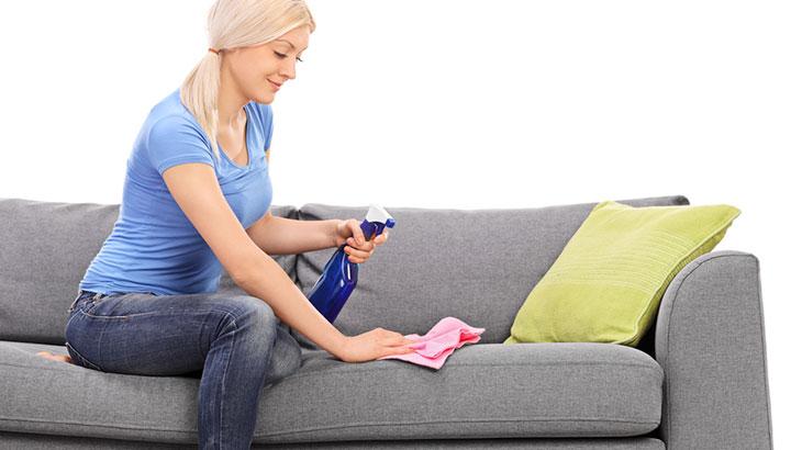 Как избавиться от свежих пятен на диване