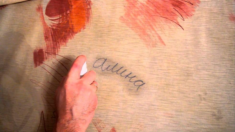 Чем можно отмыть пятно от карандаша на диване фото