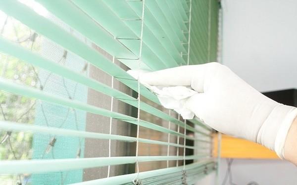 Как вымыть жалюзи, не снимая их с окна