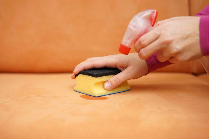 Как убрать пятно с кожаного дивана