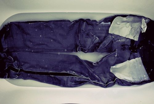 Стирка джинс вручную
