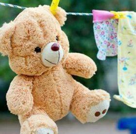 Как правильно стирать большие и маленькие мягкие игрушки в стиральной машине и вручную, и можно ли это делать дома