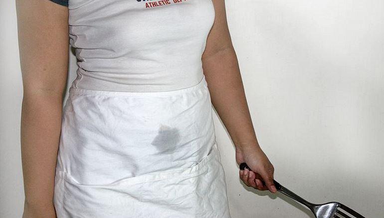 Жирное пятно на белой одежде