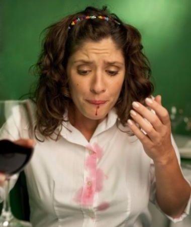Как вывести пятно от вина на белом